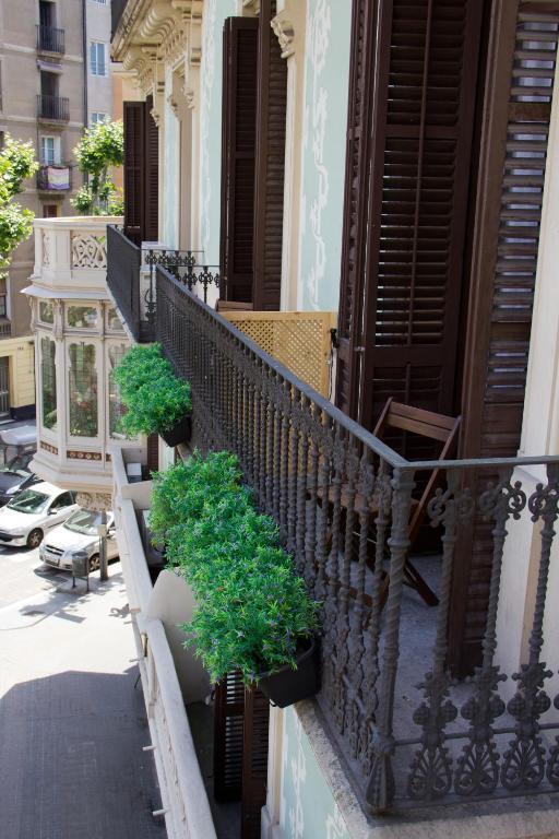 chambres d 39 h tes hostalin barcelona diputaci n chambres d 39 h tes barcelone. Black Bedroom Furniture Sets. Home Design Ideas