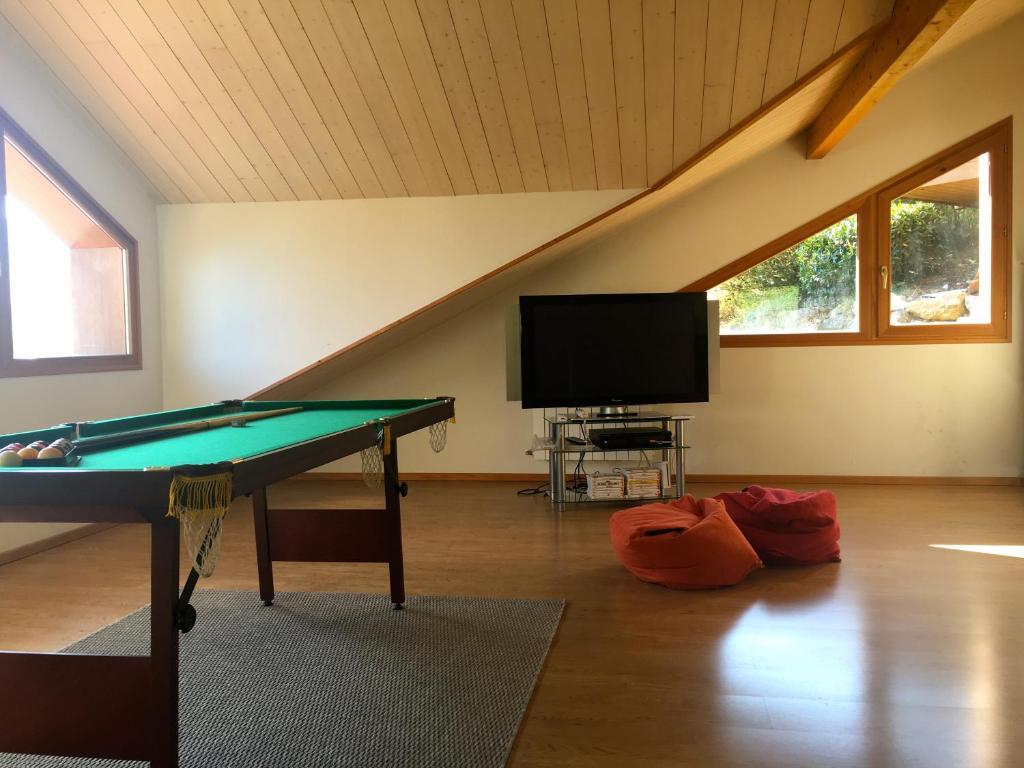 Spacieuse Maison En Bois Avec Piscine Villa In Saint Jorioz En  # Port Television En Bois
