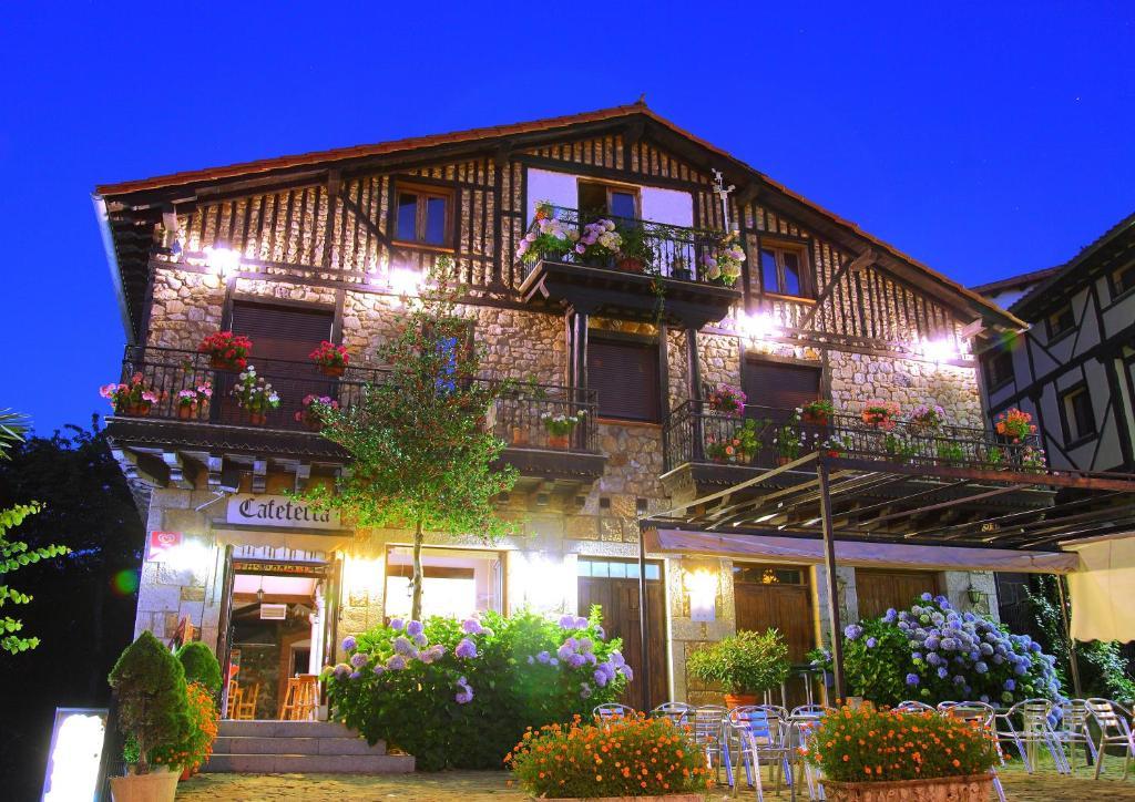 Hostal san blas b jar reserva tu hotel con viamichelin for Hoteles con habitaciones familiares en san sebastian