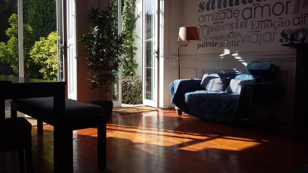 Garden house hostel porto online booking viamichelin for Garden rooms b q