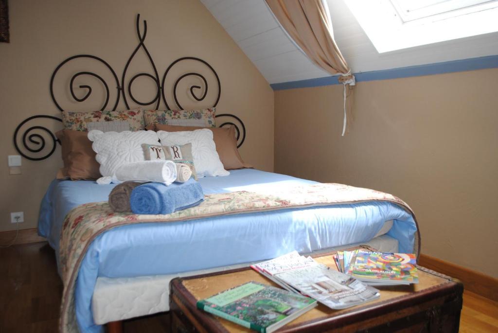 chambre d 39 h tes beige et bleue chambres d 39 h tes sapogne et feuch res. Black Bedroom Furniture Sets. Home Design Ideas