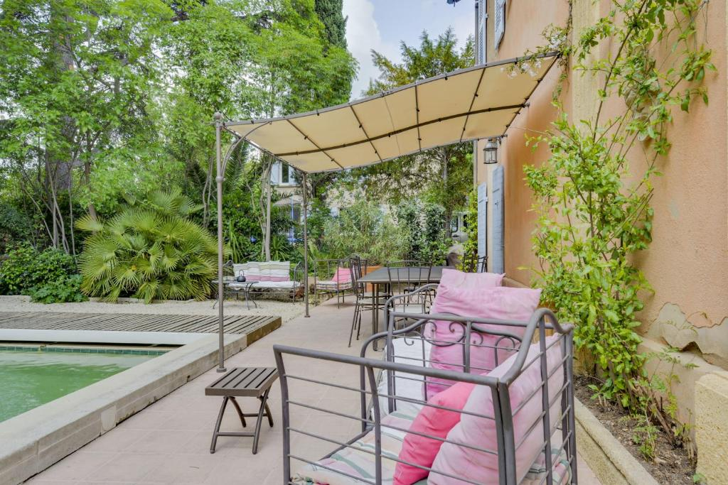 Maison with a garden and pool in aix en provence centre for Garden centre pool in wharfedale