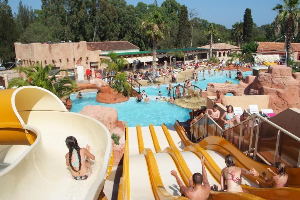 Uma vista da piscina em Camping Les Palmiers ou nos arredores