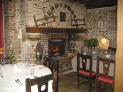 Hotel Restaurant Le Cheval Blanc, 4 Rue des Ponts, 89120, Charny