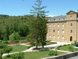 Hôtellerie 2** du Couvent de Malet, Espace Angèle Mérici - Route d'Aubrac, 12500, Saint-Côme-d'Olt