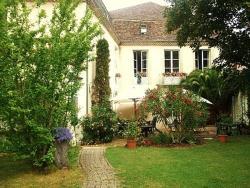 Chambres d'Hôtes Les Remparts, 26-30, Rue De La Paix, 47330, Castillonnès
