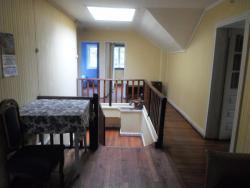 Hostal Quechupehuen, Avenida Bernardo O'Higgins 470, 4910000, Curarrehue