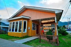 Lafquen Antu Hostal-Restaurant, Avda. Arturo Prat s/n esquina Carlos Condell, 6010000, Puerto Cisnes