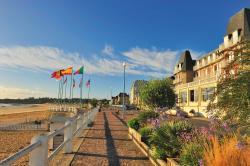 Hotel Des Bains, 18 Boulevard De La Mer, 22380, Saint-Cast-le-Guildo