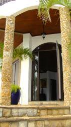 Hostal Casa Blanca Villa Fontana, del porton del colegio Centro America 2C. al sur, 1/2 al oeste y 1/2 al norte El Naranjo, 00111, La Aurora