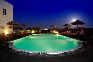 בריכת השחייה שנמצאת ב-Anna Traditional Apartments או באזור
