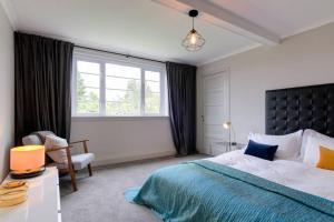 Una cama o camas en una habitación de 54 Buchanan Gardens
