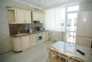 Una cocina o kitchenette en Apartment on Parkovaya 6