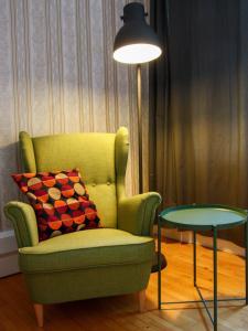 Uma área de estar em Spacious light apartment in the heart of Prague