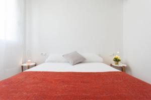 سرير أو أسرّة في غرفة في Flateli Providencia