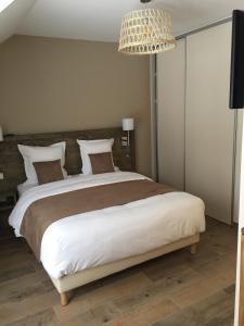 سرير أو أسرّة في غرفة في Château de Montlieu-Résidence & Spa La Cour du Chateau