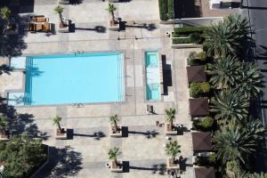 Uma vista da piscina em Luxury Suites International at The Signature ou nos arredores