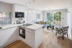 Una cocina o kitchenette en Modern 2bed in West Hampstead w/balcony & parking