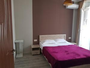 سرير أو أسرّة في غرفة في 1st Batumi