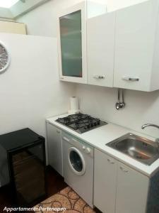 مطبخ أو مطبخ صغير في Appartamento Partenopeo