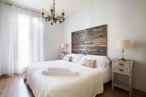 Cama ou camas em um quarto em BCN Rambla Catalunya Apartments