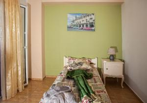 سرير أو أسرّة في غرفة في Terra do Sol
