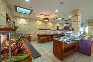מסעדה או מקום אחר לאכול בו ב-Anthos Apartments