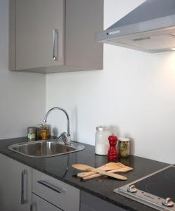 מטבח או מטבחון ב-SG Marina 54 Apartments