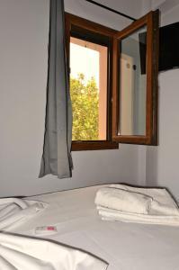 سرير أو أسرّة في غرفة في Musagores Rooms