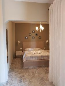 سرير أو أسرّة في غرفة في Agrili Apart Hotel