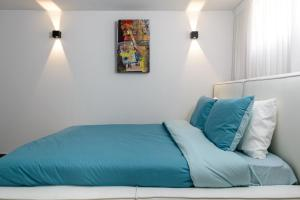 سرير أو أسرّة في غرفة في Sweethome26 Luxury Apt 2 Minutes From The Beach/Free Parking