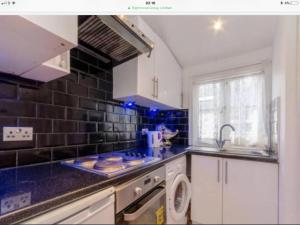 מטבח או מטבחון ב-Cosy Studio apartment in FULHAM