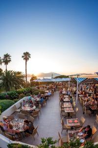 Um restaurante ou outro lugar para comer em Residence Club Marina Viva
