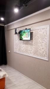 Una televisión o centro de entretenimiento en Квартира в центре Пятигорска