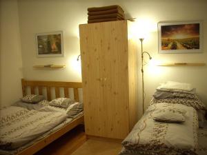 سرير أو أسرّة في غرفة في Apartman7