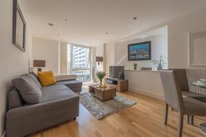 אזור ישיבה ב-Modern Riverside Apartment Greenwich