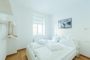 سرير أو أسرّة في غرفة في The newPAST Apartments