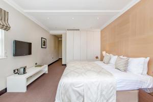 Cama ou camas em um quarto em 130 Queen's Gate Apartments