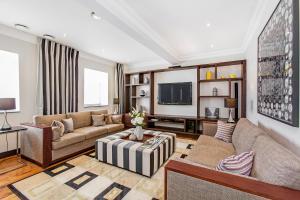 Uma área de estar em 130 Queen's Gate Apartments