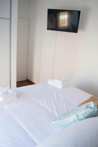 Una cama o camas en una habitación de Coralt Aparts Montevideo