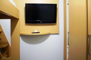 Uma TV ou centro de entretenimento em Apartamento 1202 do Cond. Edif. Montreal