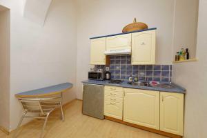 A cozinha ou cozinha compacta de Apartments Truhlarska 31