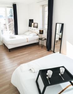 سرير أو أسرّة في غرفة في ★ LOVELY PARIS ★