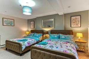 Giường trong phòng chung tại Crawford Square Apartment