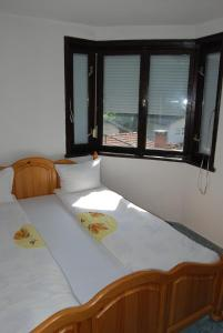 Giường trong phòng chung tại Sveta Gora Hotel
