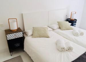 سرير أو أسرّة في غرفة في Zurriola Beach