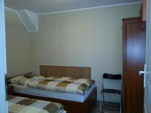 سرير أو أسرّة في غرفة في Mostowa 3