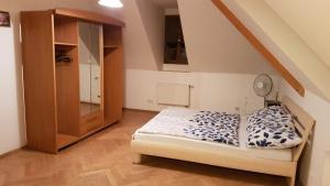 Cama ou camas em um quarto em Apartmány na Malostranské