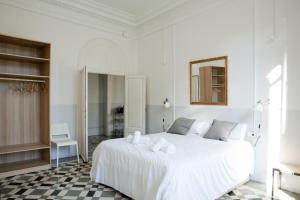 Una cama o camas en una habitación de My Address in Barcelona