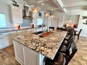 A cozinha ou cozinha compacta de Beach Bunkhouse Home